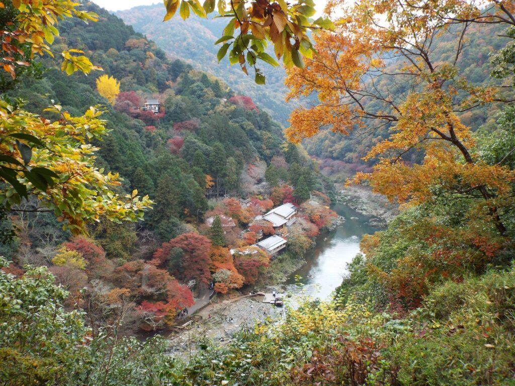 Kyoto – Arashiyama : Le pont Togetsukyō, la bambouseraie et vue sur l'hotel Hoshinoya